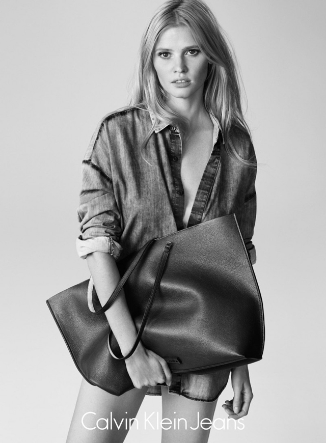Лара Стоун снялась в летней кампании Calvin Klein Jeans