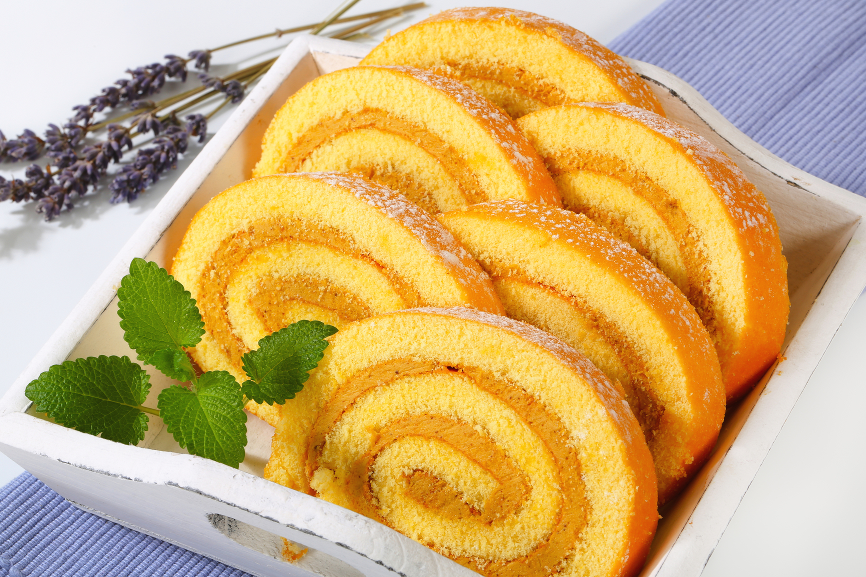 рецепт бисквитно яблочного рулета со сбитыми сливками