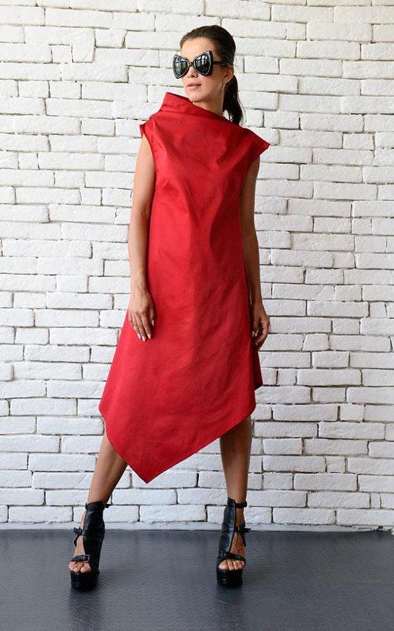 Платье просторного кроя до колена поможет скрыть полноту бедер и широкую талию