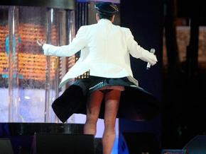 Под юбкой у звезд эстрады на сцене