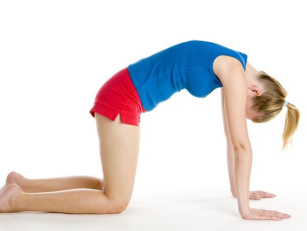 Опускаемся на четвереньки и втягиваем живот, одновременно выгибая спину. Голову опускаем и делаем 10 вдохов-выдохов. Это упражнение прекрасно расслабляет мышцы спины и одновременно укрепляет мышцы живота.