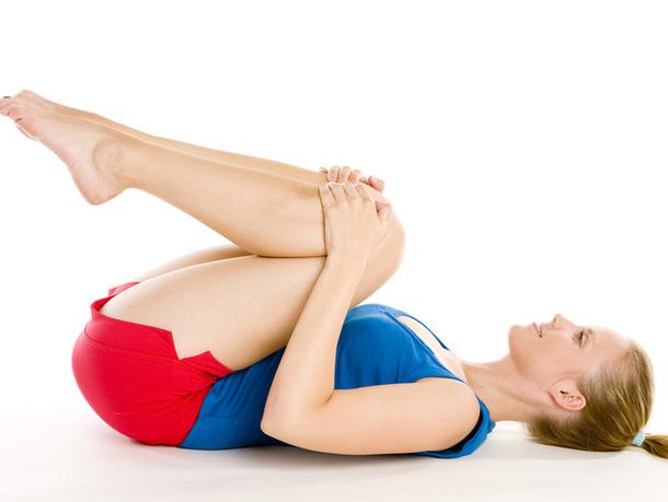Это упражнение хорошо можно использовать после покачивания пресса. Ложимся на спину и подтягиваем колени к груди. Далее, распрямляем ноги – вытягиваемся. И опять, подтягиваем колени к груди – вытягиваемся. Повторяем 5-7 раз.