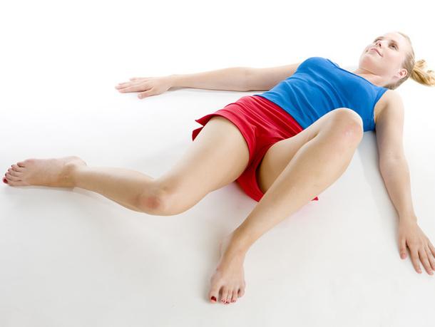 Ложимся на спину и максимально расслабляем все тело. Раскидываем руки в разные стороны, глубоко вдыхаем и выдыхаем 10 раз. Мысленно сосредотачиваемся на своем дыхании и прислушиваемся к телу.