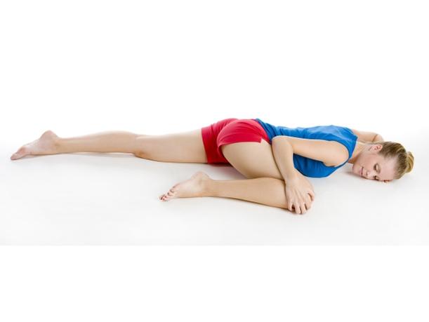 Исходное положение – ложимся на живот, ноги и руки в разные стороны. Далее, подтягиваем поочередно каждое колено рукой к груди.