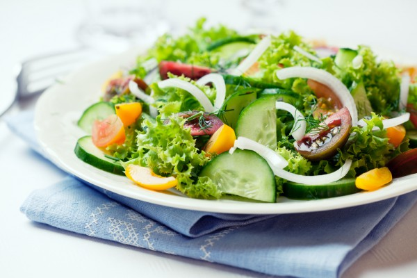 Рецепт                  Салат из огурцов с помидорами и луком