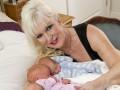 Британка стала самой пожилой мамой тройни