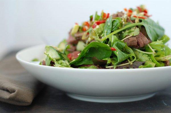 Активно используй в весенних салатах свежую зелень
