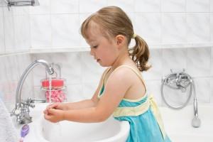 Чтобы научить ребенка соблюдать правила личной гигиены, ты должна стать для него хорошим примером