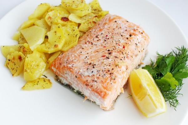 Рецепт                  Запеченный лосось с картофельным гарниром