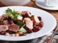 Салат из курицы, фасоли и огурцов