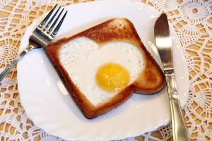 Яичное сердечко в хлебе