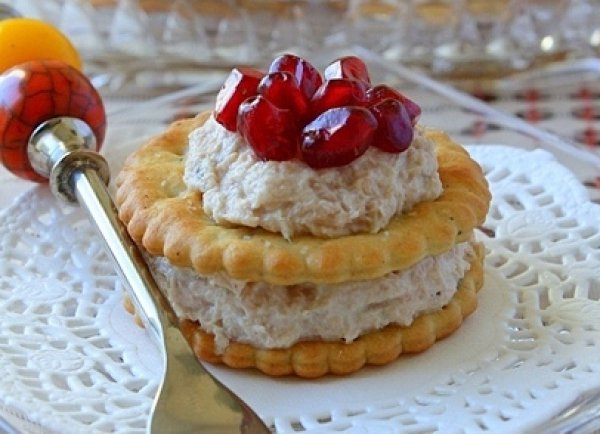 Рецепт                  Крекеры с тунцом и зернами граната