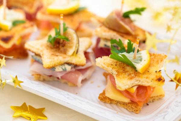 Рецепт                  Новогодние канапе с лососем и сыром