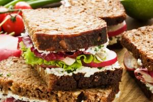 Сэндвич с курицей и редисом