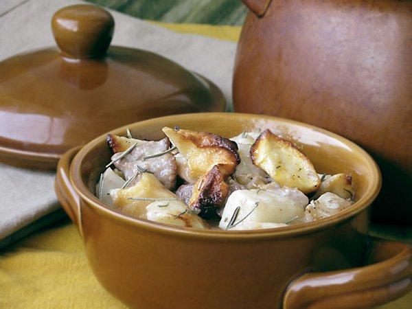 Рецепт                  Картофель с мясом и сушёными яблоками в горшочке
