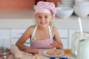 Готовь вместе с ребенком, пусть помогает тебе делать домашнюю работу