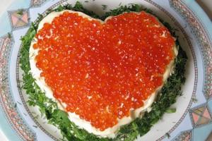 Салат в форме сердца с красной икрой