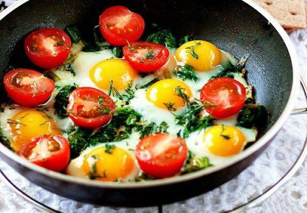 Рецепт                  Глазунья из перепелиных яиц с помидорами и шпинатом