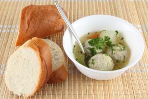 Легкий суп с куриными фрикадельками
