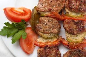Шашлык прекрасно сочетается со свежими овощами