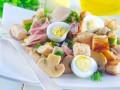 Салат из копченой курицы с грибами и гренками