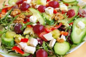Салат из овощей, винограда и орехов
