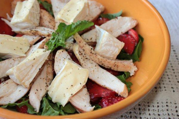Салат из курицы, клубники, рукколы и камамбера