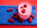 Витаминный напиток из малины, черники и лайма