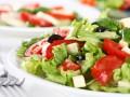 Зеленый весенний салат с маслинами и сыром