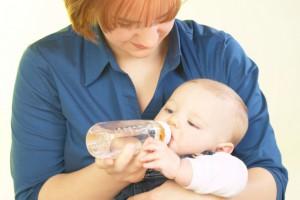 Отучать ребенка от бутылочки лучше в возрасте одного года