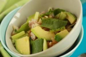 Салат из курицы и авокадо с огурцами