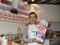 Скарлетт Йоханссон продавала поп-корн в центре Парижа