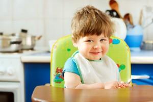 Маленького ребенка не стоит оставлять без присмотра, особенно на кухне