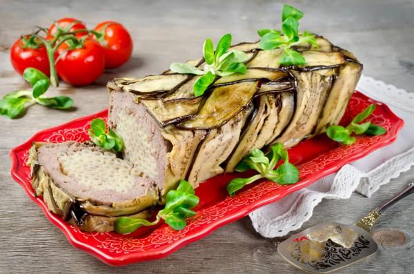 Мясной рулет с макаронами и баклажанами