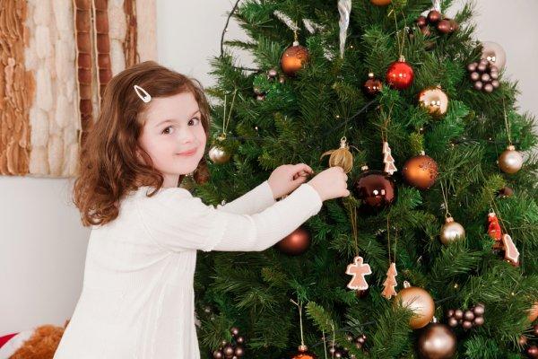 Пусть ребенок украсит нижнюю часть деревца