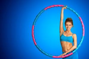 Хула хуп, прыжки через скакалку, бег, ролики помогут тебе эффективно сжигать лишние калории
