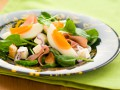 Летний салат из яиц, бекона и шпината