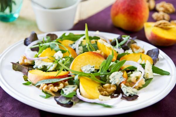 Рецепт                  Салат из персиков, орехов и сыра
