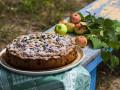 Шарлотка с яблоками и ягодами: три вкусные идеи