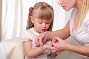 Если твой ребенок травмировался, окажи ему первую помощь как можно скорее