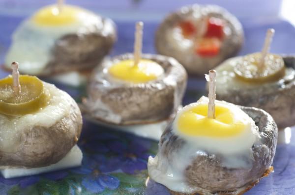 Рецепт                  Запеченные шампиньоны с перепелиными яйцами