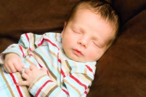 В 6 месяцев ребенку пора давать прикорм. Так, одно из кормлений грудью можно заменить киселем
