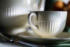 Заваривать чай нужно в фарфоровом или фаянсовом чайнике