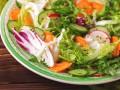 Весенний салат из редиса, огурцов и моркови