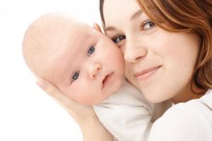 Голову малышу необходимо поддерживать до4-5 месяцев