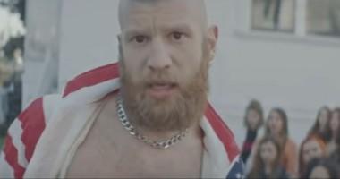 В мини-юбке и чулках: Иван Дорн сыграл проститутку в новом клипе