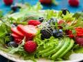 Пасхальный салат из авокадо и ягод