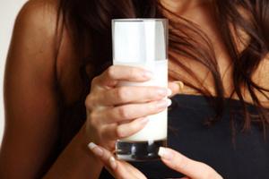 1 стакан молока способен перебить чесночный запах