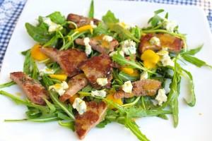 Летний салат из рукколы и персиков