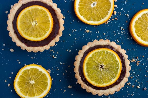 Шоколадные корзинки с лимонным конфи и апельсиновым желе – кулинарный рецепт
